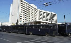 Συγκέντρωση ΑΔΕΔΥ στο Χίλτον: «Να φύγει το ΔΝΤ από την Ελλάδα» (pics&vid)
