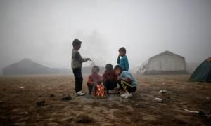 «Μας σκοτώνουν» - Δείτε τη φωτογραφία από την Ειδομένη που συγκίνησε τους πάντες...