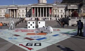 Μια τεράστια Monopoly «προσγειώθηκε» σε πλατεία του Λονδίνου! (pic+vid)