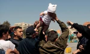 Ασύλληπτες εικόνες στον Πειραιά: Πρόσφυγας απειλεί να πετάξει το μωρό του