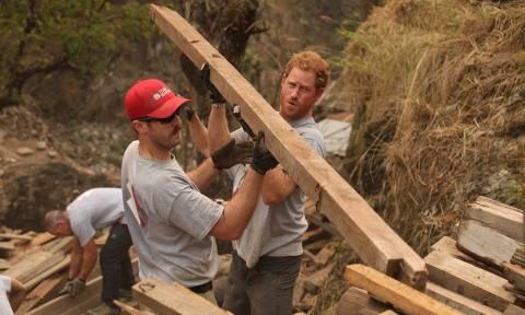 Ένας πρίγκιπας στις λάσπες: Ο Χάρι χτίζει σχολεία στο Νεπάλ! (pics)