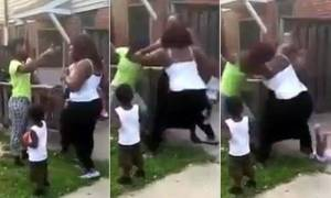 Μητέρα πετάει το παιδί από την αγκαλιά της για να τσακωθεί με μία άλλη γυναίκα! (video)
