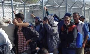 Μυτιλήνη: Περίπου 100 μετανάστες κατέλαβαν την είσοδο του hotspot της Μόριας