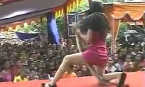 Βίντεο σοκ: Τραγουδίστρια πέφτει νεκρή στη σκηνή από τσίμπημα κόμπρας!