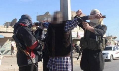Νέες θυριωδίες των τζιχαντιστών: Σταύρωσαν και έκαψαν κρατούμενούς τους (pic+vid)