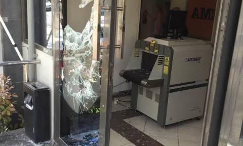 Επίθεση κουκουλοφόρων με βαριοπούλες στα γραφεία της εφημερίδας «Πρώτο Θέμα» (pics)