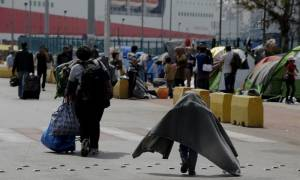Λιμάνι Πειραιά: Νέες -άκαρπες- προσπάθειες μετακίνησης προσφύγων και μεταναστών σε δομές φιλοξενίας