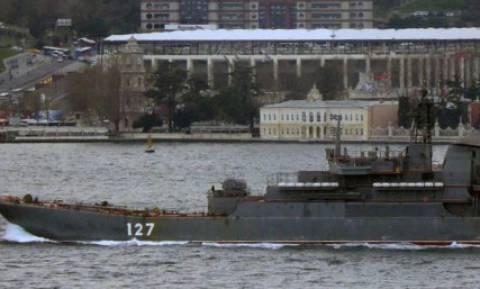 Η Τουρκία ενίσχυσε τη συνοδεία των ρωσικών πλοίων στα Στενά