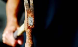 Τρόμος στη Σκιάθο: Μπήκε στο αστυνομικό τμήμα κραδαίνοντας σφυρί