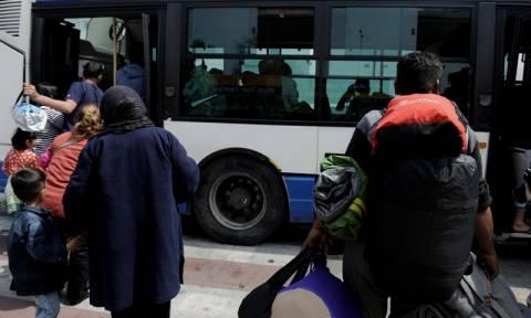 Λιμάνι Πειραιά: Αποχωρούν σταδιακά πρόσφυγες και μετανάστες με προορισμό τον Σκαραμαγκά