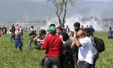 Ειδομένη: Με κλαδιά ελιάς απάντησαν οι πρόσφυγες στα χημικά των Σκοπιανών - Συγκλονιστικές μαρτυρίες