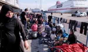 Πειραιάς: 365 μετανάστες και πρόσφυγες μεταφέρθηκαν στο κέντρο φιλοξενίας στο Σκαραμαγκά