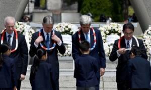 Ιαπωνία: «Βαθιά συγκινημένος» ο Τζον Κέρι κατέθεσε στεφάνι στα θύματα της Χιροσίμα