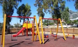 Προσοχή: Επικίνδυνο ζευγάρι με τσεκούρι σε παιδική χαρά στον Μαραθώνα – Τι ζήτησε από δύο ανήλικους