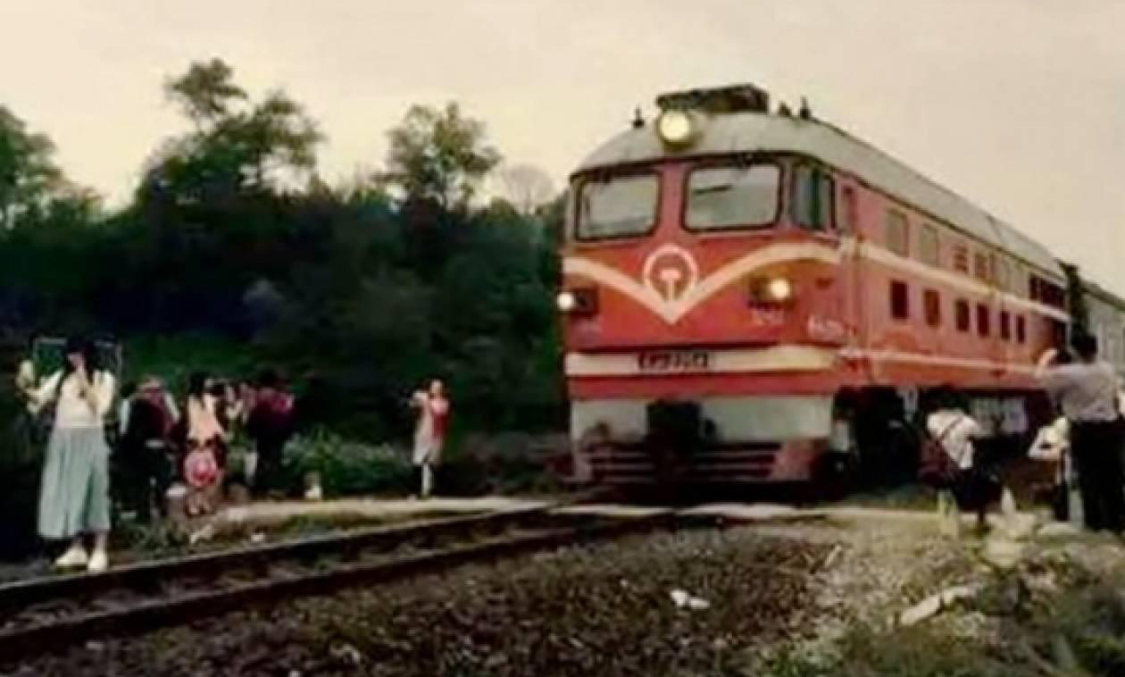 Πεθαίνοντας για την τέλεια selfie: Έντρομοι τουρίστες καταγράφουν το θάνατο νεαρής από τραίνο (Pics)