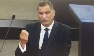 Χαμός στην Ευρωβουλή: Αν και.. συντηρητικός δείτε τι χειρονομία έκανε Βρετανός στον Φέρχοφσταν (vid)