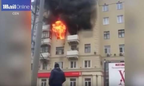 Σοκαριστικό βίντεο: Γυναίκα κάηκε ζωντανή στο διαμέρισμά της στη Μόσχα