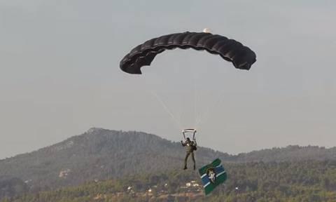 Δείτε τους Έλληνες Αλεξιπτωτιστές αλλά και τον ριψοκίνδυνο πιλότο του Chinook (pics+vid)