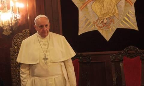 Επίσκεψη Πάπα στη Μυτιλήνη: Προσγειώθηκε το αεροσκάφος του Ποντίφικα