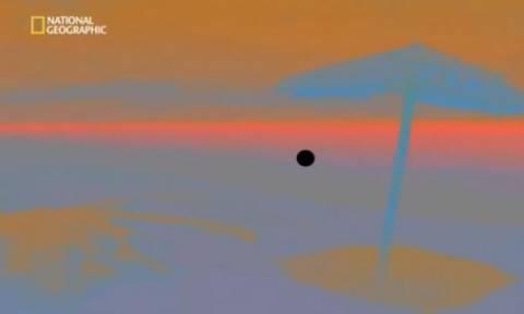 Κοιτάξτε προσεκτικά την τελεία στο κέντρο της οθόνη - Θα τρίβετε τα μάτια σας! (video)