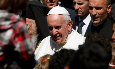 Πρωτόγνωρες στιγμές στη Μυτιλήνη - Παγκόσμια συγκίνηση από την επίσκεψη του Πάπα