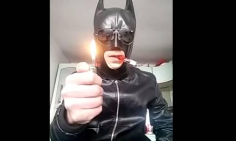 Η βλακεία σε όλο της το μεγαλείο: Δείτε τι έκανε ντυμένος… Batman! (video)