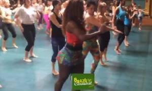 Ετσι μαθαίνουν να χορεύουν... σάμπα στο καρναβάλι του Ρίο (video)