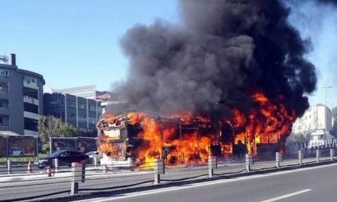Τουρκία: Πανικός από φωτιά και εκρήξεις σε λεωφορείο στην Κωνσταντινούπολη (Vid)