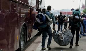 Με λεωφορεία μεταφέρονται στον Σκαραμαγκά εκατοντάδες πρόσφυγες και μετανάστες
