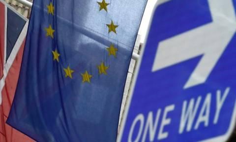 WSJ: Η Ελλάδα «δαμόκλειος σπάθη» πάνω από το δημοψήφισμα για το Brexit