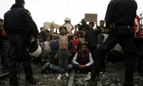 Ειδομένη: Πρόσφυγες επανακατέλαβαν τη σιδηροδρομική γραμμή