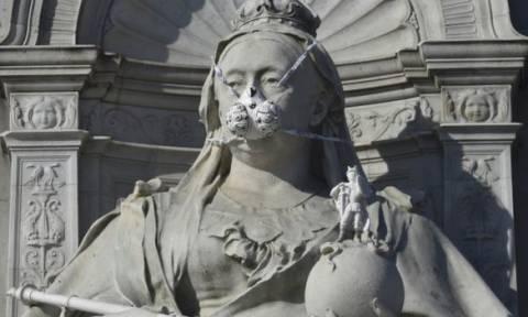 Διάσημα αγάλματα του Λονδίνου φόρεσαν αντιασφυξιογόνες μάσκες! (pics)