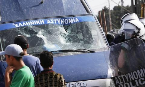 Ένταση και πετροπόλεμος στην Ειδομένη μετά το σοβαρό ατύχημα με πρόσφυγα - Έσπασαν περιπολικό (vid)