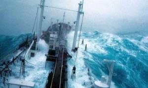 Κρατηθείτε: Δέκα πλοία παλεύουν με πελώρια κύματα (vid)