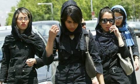 Ιράν: Σάλος από την αστυνομία ηθών που κόβει πρόστιμα για μέικ απ και «απαράδεκτα» κουρέματα (Vids)