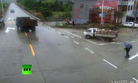 Σοκαριστικό: Ηλικιωμένος σώθηκε από θαύμα μετά από σύγκρουση δύο φορτηγών (video)