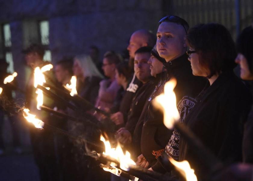 Σοβαρά επεισόδια ανάμεσα σε νεοναζί και αντιφασίστες την ημέρα γενεθλίων του Χίτλερ (Pics & Vid)
