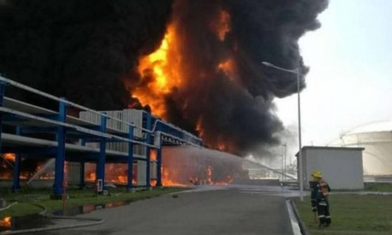 Ισχυρή έκρηξη σε κτηριακό συγκρότημα αποθήκευσης χημικών και καυσίμων (Pics & Vids)