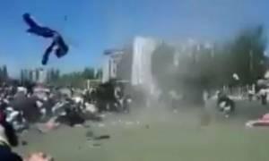 Βίντεο σοκ: Διαβολικός ανεμοστρόβιλος «ρουφά» μαθητή!