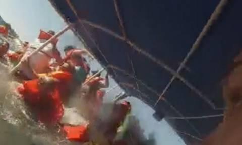 Βίντεο - σοκ: Η τρομακτική στιγμή που τουρίστες πνίγονται μέσα σε ένα καταμαράν