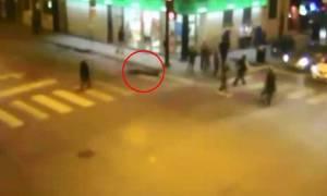 Σκληρές εικόνες: Τον ξυλοκόπησαν, τον λήστεψαν, τον πάτησε ταξί και δεν τον βοήθησε κανείς! (video)