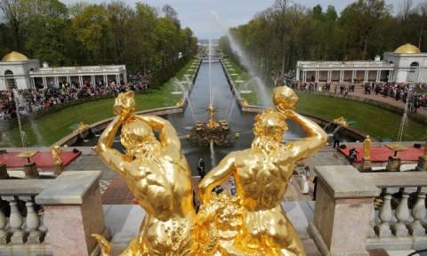 Петергоф открывает сезон фонтанов, отмечая 70-летие их первого послевоенного пуска