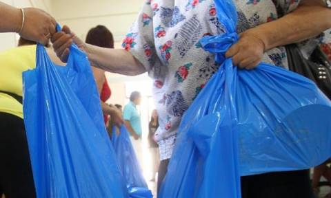 Διανομή τροφίμων σε οικονομικά αδύναμους από τον δήμο Πειραιά