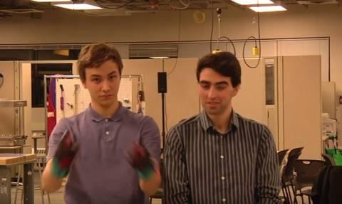 Εντυπωσιακό: Αυτά είναι τα γάντια που μετατρέπουν τη νοηματική γλώσσα σε προφορική (vid)