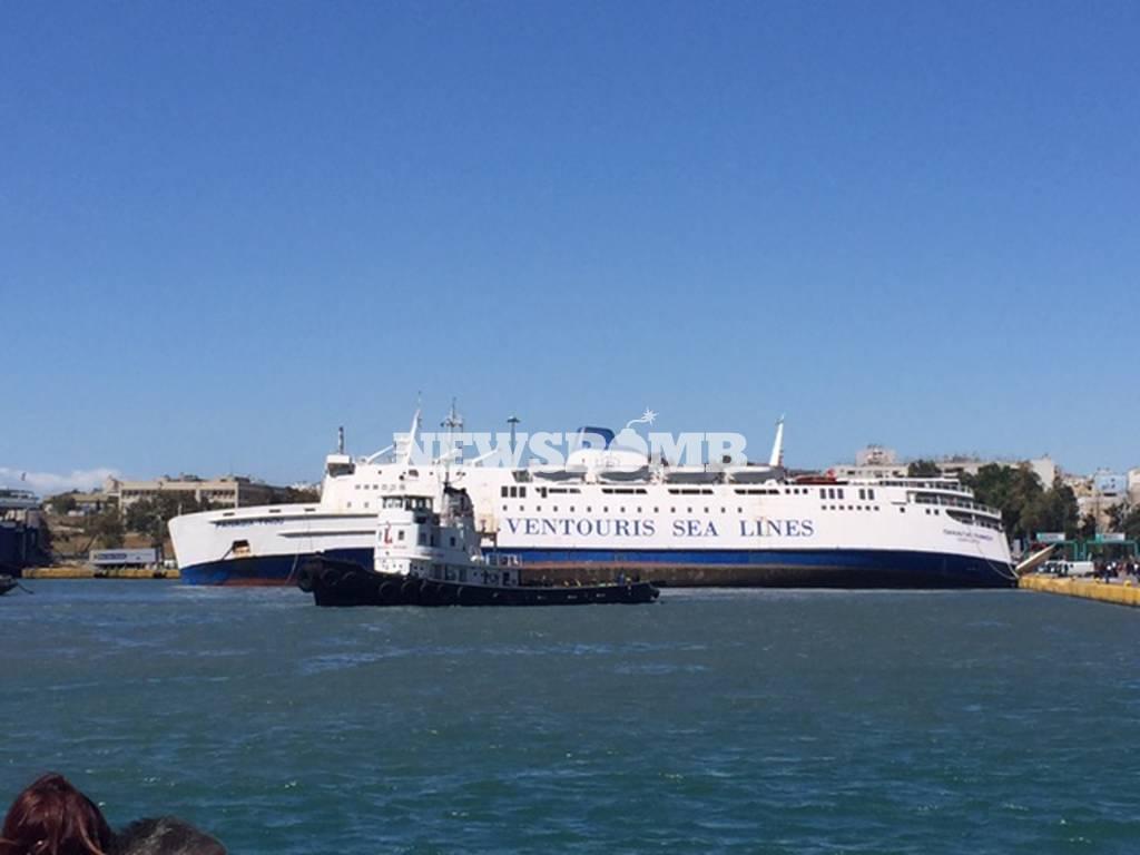 ΤΩΡΑ: Βυθίζεται πλοίο στο λιμάνι του Πειραιά