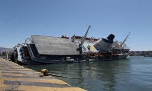 ΤΩΡΑ: Βυθίζεται πλοίο στο λιμάνι του Πειραιά (photos, videos)