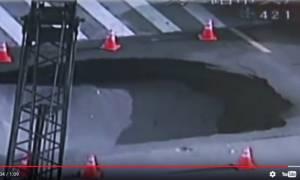 Η τρομακτική στιγμή που μια τεράστια τρύπα «καταπίνει» λεωφόρο και η κίνηση συνεχίζεται (Vid)