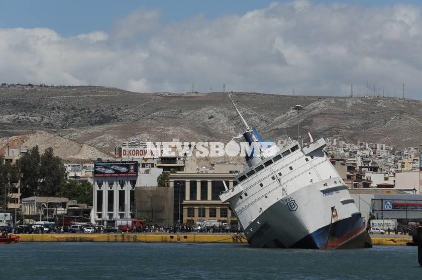 Παραλίγο να βυθιστεί στο λιμάνι του Πειραιά το «Παναγία Τήνου» (pics&vid)