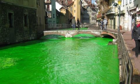 Γαλλία: Γιατί τα ποτάμια βάφτηκαν πράσινα; (pics+vid)