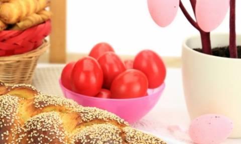 Λαμπάδες, τσουρέκια, αβγά και αρνί στη σούβλα: Πώς καθιερώθηκαν τα έθιμα του Πάσχα